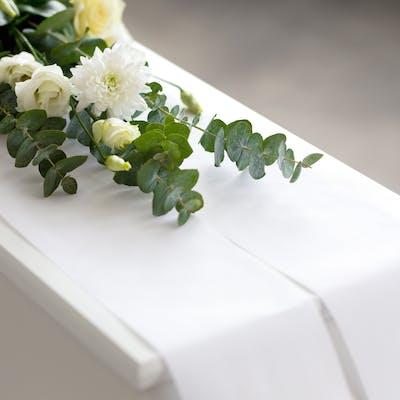 Hvit kiste fra Verd Begravelsesbyrå