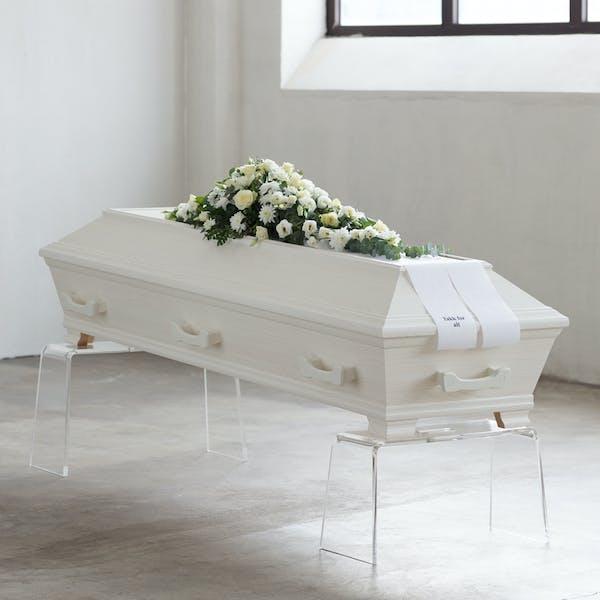 Trehvit foliert kiste i spon fra Verd Begravelsesbyrå